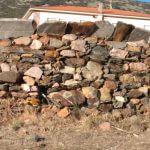 Lajas de pizarra coronan las paredes de piedra