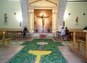 La iglesia de Monsagro luce un suntuoso decorado floral para la celebración del Corpus Christi.